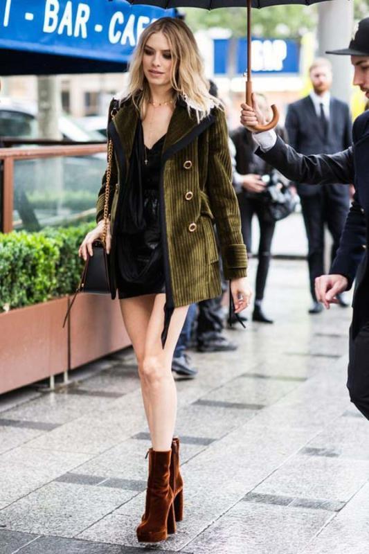 Eğer ofis hayatınızda şık giyinmeyi tercih ediyorsanız kadife ceket ve pantolon takımları sizin için muazzam bir seçenek olabilir. Bu tarz kadife takımların altına maskulen bir ayakkabı giyerseniz kombininizle herkesi büyüleyebilirsiniz.