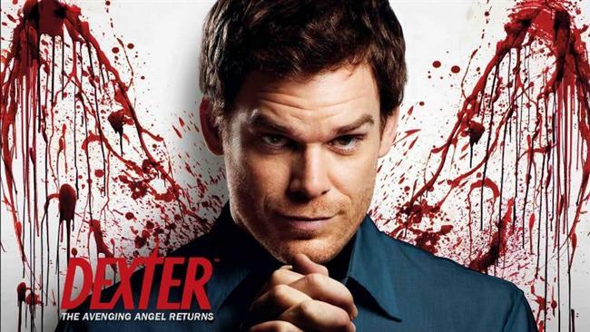 Dexter  Dexter, ilk olarak 1 Ekim 2006'da Showtime kanalında gösterilmeye başlayan Amerikan drama dizisidir. Dexter Morgan (Michael C. Hall), Miami Metro Polis Departmanı'nda kan sıçrama analizcisi olarak çalışan aynı zamanda bir seri katil olarak gizli bir hayat sürdürüyor. Miami'de geçen hikâye Jeff Lindsay'in Dexter romanlarının ilki olan Darkly Dreaming Dexter romanından uyarlanmıştır. Sonraki sezonları Lindsay'in romanlarından bağımsız olarak yapılmıştır. Dizinin ilk bölümünü yazan James Manos tarafından televizyona uyarlanmıştır.