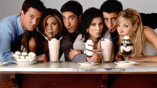 Friends   20'li yaşlarında olan; karakterleri ve hayat hikayeleri birbirinden farklı 3'ü kadın ve 3'ü erkek olan bu 6 gencin New York'ta yaşadıkları komik ve hayat dolu maceralarını anlatıyor. Ayrıca diziye konuk olan 34 farklı oyuncu da bu hikâyeye ortak oluyor. Kâh üzülüyorlar kâh gülüyorlar, bazen aşk bazen ayrılık dolu çok kaliteli bir yapım. Sürekli vakit geçirdikleri Central Perk Cafe'de onların komedilerine çoğu sahnede ortak oluyor. Çekimleri 10 yıl süren bu yapımda, karakterlerin yaşları da dizi süresince gerçek hayatla aynı şekilde büyütülmüş ve hayat hikâyeleri bu duruma göre şekillendirilmiştir.