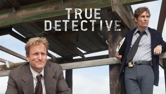 """True Detective  Dizinin ilk sezonunda olaylar Louisiana eyaletinde geçiyor. Cinayet masasında görevli dedektifler olan Rust Cohle ve Martin Hart ikilisi; birçok insanı acımasızca öldüren bir seri katilin peşine düşüyor. Bu ikilinin hayatları soruşturma ilerledikçe farklı değişiyor ve bu olaylardan etkileniyor. Soruşturmalar devam ederken 17 yıl geçiyor ve dedektifler yıllar geçmesine rağmen suçluyu yakalayamıyorlar. Artık dedektiflikle bir işleri kalmamış ve farklı hayatlar süren karakterlerimiz; cinayet soruşturmasının tekrar açılmasıyla, bazı polisler bu olaylar hakkında onları sorgulamaya başlıyor. Dizinin akışı satanist bir ayin için öldürüldüğü düşünülen Dora Lange'nin üzerine yoğunlaşıyor ve cinayetin işlendiği yıllar ile günümüz arasında geçişler yapılarak anlatılıyor. Bu sayede diziyi daha iyi kavrayan ve dizinin sürükleyiciliğine kapılan seyirciyi etkilemeyi başarıyorlar.  <a href=http://mahmure.hurriyet.com.tr/foto/yasam/2017nin-merakla-beklenen-filmleri_41100 style=""""color:red; font:bold 11pt arial; text-decoration:none;""""  target=""""_blank"""">2017'nin Merakla Beklenen Filmlerini Görmek İçin Tıklayın!"""