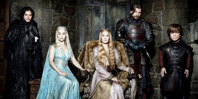 Game of Thrones  Dizi Westeros kıtasında bulunan birleşik Yedi Krallık'ın uzun bir yaz döneminden çıkması ve kışın yaklaşmasıyla başlar. Lord Eddard Stark'ın eski ve yakın arkadaşı Kral Robert Baratheon, eski Kral Eli ve Eddard'ın akıl hocasıJon Arryn'nin ölmesi üzerine kendisinden yeni Kral Eli olmasını ister. Eddard, Jon'un öldürüldüğü ile aldığı bir mesajdan sonra isteksiz de olsa bu görevi kabul eder.  Bu arada, Robert'ın tahta hak iddia edenleri yok etmesinin ardından batı kıta olan Essos'a sürülen Targaryen Hanesi'nin çocukları, Westeros'a dönmenin ve 'gaspçı'yı tahttan indirmenin yollarını aramaktadırlar. Bu amaçla Viserys Targaryen, kız kardeşi Daenerys Targaryen ve 40.000 Dothraki'nin lideri olan Khal Drogo arasında bir evlilik düzenler. Amacı ise Dothraki ordusunu Westeros'u işgalinde kullanmaktır. Daenerys ise sadece Kral Robert'ın suikastçılarından ve abisinin entrikalarından sığınacak güvenli bir yer arar.  Son olarak da Yedi Krallık'ın kuzeyini çevreleyen Sur'un yeminli kardeşleri olan Gece Nöbetçileri, binlerce yıldır buzdan yapılmış devasa surda bekçilik yapmaya devam etmektedir. Nöbet Sur'u, Sur'un Ötesi'nde yaşayan yabanıllar'ın yağmalarından korumakla görevlidir. Fakat bazı söylentilere göre Daimi Kış Toprakları'n da yeni bir tehdit söz konusudur.