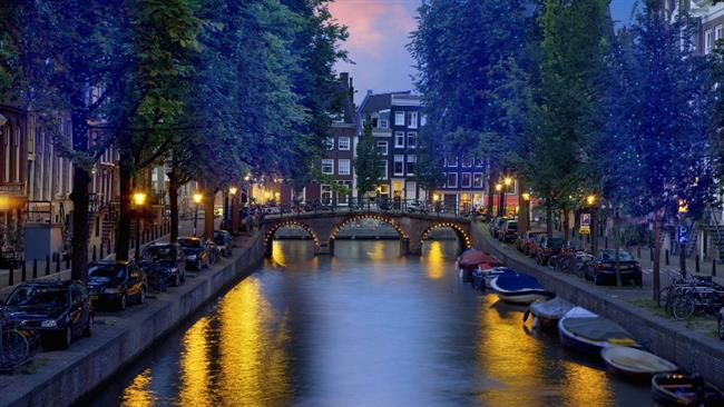 Amsterdam-Hollanda   Önce meşhur Red Light District bölgesinde bulunan kafelerde çay, kahve içer sonrasında bölgede bulunan küçük kafe ve publarda backpackerlar yani sırtçantalı gezginlerle kaynaşın. He bu arada gelmişken az bilinen bölgelerden olan Jordaan, De Pijp, Amsterdam Noord gibi bölgelerde kaybolun, Anne Frank House, Heineken Experience gibi bir sürü müzelerini ve bölgelerini de ayrıca keşfedin.