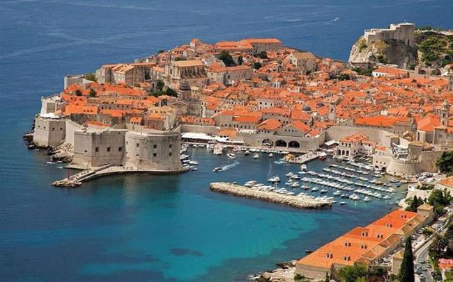 Dubrovnik-Hırvatistan   Film gibi bir şehirdir Dubrovnik. Dalmaçya kıyılarında, mis gibi Akdeniz havasını içinize çeke çeke sokaklarında kaybolursunuz. Sanki bir filmin içindeymişsin de kaleden birileri saldıracakmış gibi heyecanlı ve meraklı bir şekilde etrafı süzmeni sağlar. Önce kalenin tarihi kapılarından girerek heyecanlanmaya başlarsın. İlk durağın olan Stari Grad'dan başlayan serüven, kalenin içerisinde yer alan daracık sokaklar, kiliseler ve old town bölgesi olarak bulunan bütün bölge sizin de pek muhtemel nefesinizi kesecektir.