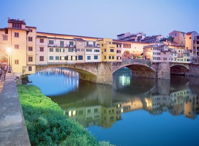 Floransa-İtalya   Floransa'sı, Roma'sı, Venedik'i hepsi bir başka güzel. Ama özellikle Rönesans mimarisi ile sizi hayallere daldıracak olan en etkileyici şehirlerinden birisi olan Floransa, Toscana şarapları, meydanları, müzeleri ve dini yapıları ile cezbedici güzelliklere sahip. Hele birde Arno nehrinde yürüyüp, Piazza Michelangelo bölgesinden güzel bir gün batımı ve Floransa manzarasını izliyorsan, yanında da bir kadeh harika İtalyan şarabı veya bir fincan kahvesi eşliğinde kendini şımartıyorsan, pek muhtemel o an dünyanın en mutlu insanı sen olacaksın.
