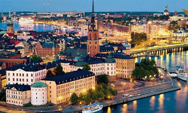Stockholm-İsveç   Sakindir. Dinlendirir adamı. İnsanları da ülkenin kendisi gibi güzeldir. Yemekleri lezzetlidir. Doğası huzur vericidir. İşte, henüz kış tam anlamıyla yüzünü göstermeden önce, son kez gidip görülmelidir. Doğanın en güzel yüzünü, gördüğüm en medeni ülkelerden birisi olan bu şehrin parklarında keyifli bir şekilde gösterdiği bir gününüzü mutlaka bu parklarda geçirmelisiniz.  Şehirde, Gamla Stan yani Old Town (Eski Şehir) bölgesinde kaybolmalı, National Museum (Ulusal Müze), Stockholm Public Library (Stockholm Halk Kütüphanesi) gibi daha birsürü görülecek yer görülmelidir. Ayrıca şehirde bolca düzenlenen konserler, sanat galerileri mutlaka görülmelidir. Birde, özellikle Kasım ayının 6-17'sinde düzenlenen film festivalini de gelmişken mutlaka görün.