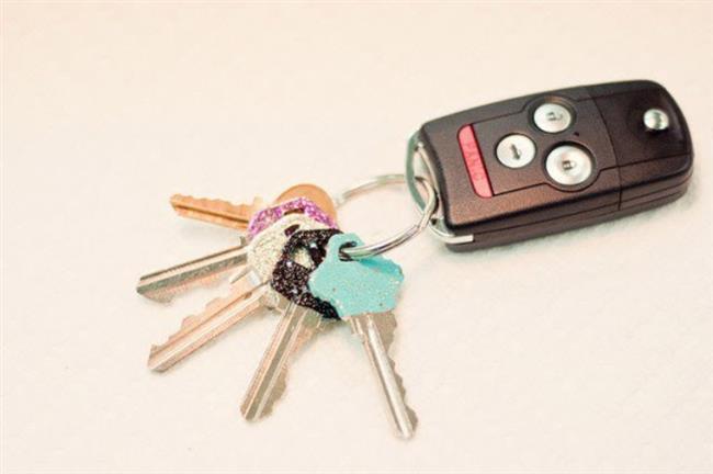 2. Anahtarlarınızı renkli ojelerinizle süsleyebilir, onları kolaylıkla ayırt edebilirsiniz!