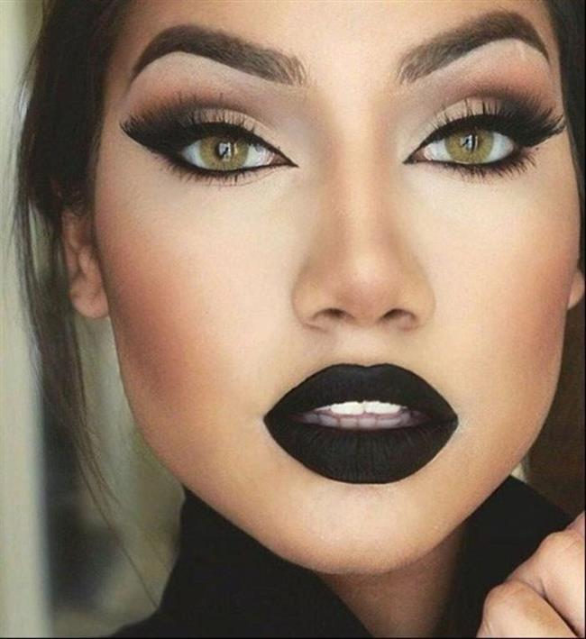 Modern Gotik Makyaj  Sıradışı ve dikkat çeken gotik tarzının tamamlayıcısı gotik makyajı kesinlikle imajı sert,siyah ve koyu renklerle bütünleşmiş bir makyaj uygulamasıdır.