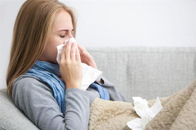 Yazın bitmesiyle sıcak havalarla vedalaşıp maalesef grip ve nezle gibi rahatsızlıklara 'merhaba' diyoruz. Öksürük, burun akıntısı, ishal, bronşit derken fiziksel olarak düşerken depresyona da yenilebiliyoruz. Sonbaharda kapıyı çalan bu hastalıklar hava sıcaklığında ani düşüş, hava kirliliği, kapalı ve kalabalık mekanlarda geçirilen uzun saatler, toplu taşıma araçlarıyla birlikte geliyor ve virüslerden kaçamıyoruz.   Sonbaharda doğanın kendini kışa hazırlamak için yaşadığı dönüşüm, özellikle büyük şehirlerde yaşayanları olumsuz etkilerken okulların açılmış olması ve kapalı mekanlar mikropların kolayca bulaşmasına fırsat yaratıyor.