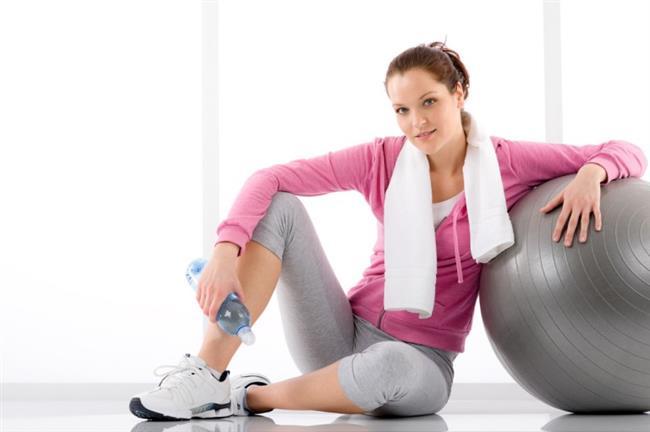 4-Sporu ihmal etmeyin  Yapılan çalışmalarda gastrit, mide ülseri, sindirim sistemi kanamaları ve huzursuz bağırsak sendromu gibi sindirim sistemiyle ilgili bazı hastalıkların geçiş mevsimlerinde özellikle ilkbahar ve sonbaharda arttığı görülüyor. Beslenme alışkanlıklarının, uyku saatlerinin değişimi, yaşam şartlarının yaza göre zorlaşması, stres ve sorumluluk yükünün artması, gün ışığından faydalandığımız saatlerin azalması gibi etkenler vücudumuzda bazı değişikliklere ve strese yol açıyor.   Bu adaptasyon süreci içinde vücut bu değişimlere uyum sağlamazsa sindirim sitemiyle ilgili sıkıntılar artıyor. Bu nedenle sonbaharda da mümkün olduğunca gün ışığından faydalanmayı, aşırı uyumamayı, düzenli spor yapmayı ve dengeli beslenmeyi ihmal etmemek büyük önem taşıyor.