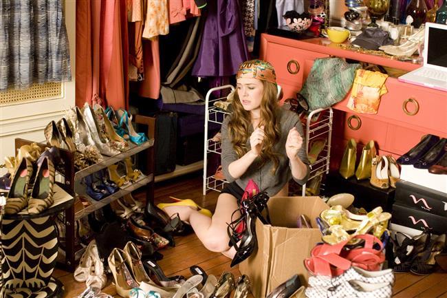 Dolabınızdaki hazineyi keşfedin!Dolabınızda uzun zamandır giymediğiniz ve giymeyi düşünmediğiniz kıyafetler olabilir, o halde onları ihtiyacı olan bir insana verin. Unutmayın: başka insanlara iyilik yapmak, aynı zamanda kendinize iyilik yapmaktır.Eğer isterseniz, ikinci el kıyafetlerinizi internet sitelerinde satıp para kazanabilir, elde ettiğiniz kazançla yeni kıyafetler satın alabilirsiniz. Merak etmeyin, sizin aylardır giymediğiniz ayakkabıyı her gün giymek için sabırsızlanan kadınlar var! Fotoğraâarını çekip internete yükleyin ve satışa çıkarın.