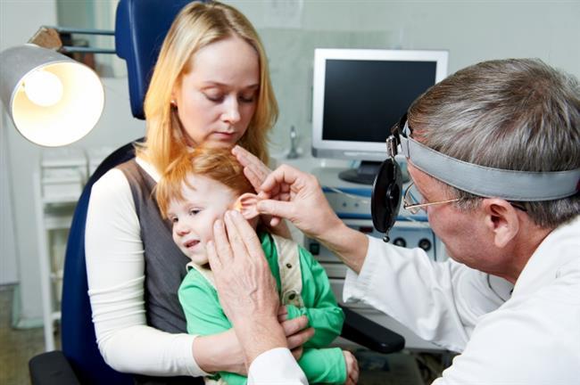2.Tekrarlayan orta kulak enfeksiyonları  Özelikle çocukluk çağında geçirilen; doğru ya da yeterli tedavi edilmemiş orta kulak enfeksiyonları; genellikle de orta kulakta sıvı birikimleri, ilerleyen yaşlarda giderek artan işitme kayıplarına yol açabiliyor. Kronikleşen kulak enfeksiyonlarında kulak zarında delik veya çöküntü olması, kulak kemikçiklerinde kireçlenme veya erime bu tabloya eşlik edebiliyor. Bu durumda cerrahi yöntemlerle tedavi alternatiflerinin değerlendirilebilmesi için mutlaka Kulak Burun Boğaz hekimine muayene olmak gerekiyor.