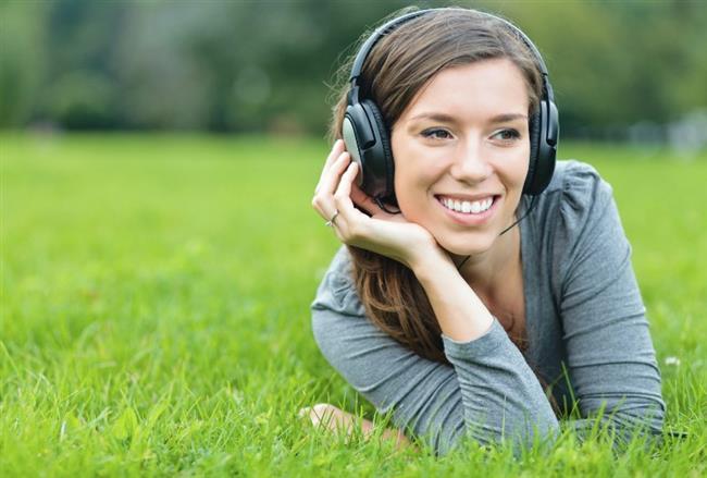 Sürekli kulaklıkla müzik dinlemek, tekrarlayan orta kulak enfeksiyonları, genetik nedenler,  ani tansiyon ve şeker yükselmeleri gibi birçok etken işitme kaybına neden olabiliyor. Bazı işitme kayıplarının altında yatan etken ise tam olarak belirlenemiyor. Acıbadem Fulya Hastanesi Kulak Burun Boğaz Uzmanı Dr. Atmış, nedeni bulunamayan ani işitme kaybının gelişiminde en önemli etken olarak virüslerin sorumlu tutulduğuna dikkat çekerek şu bilgileri veriyor: