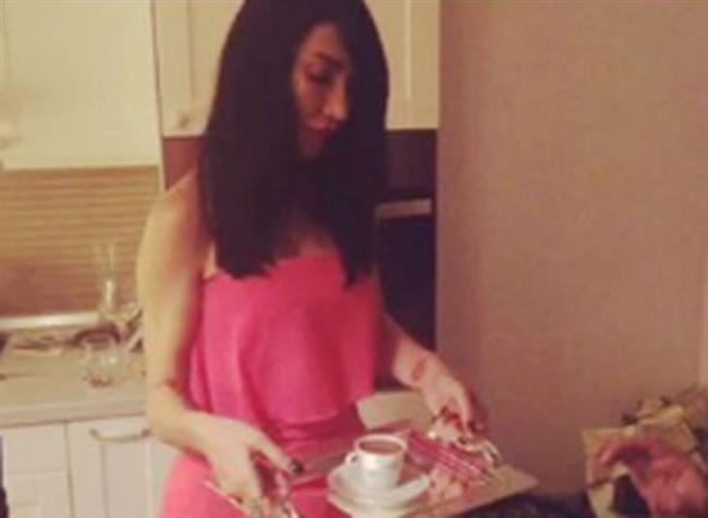 Nişan ve kız istemenin bir arada olduğu törende Hande Yener sevgilisine kendi elleriyle Türk kahvesi yaptı.
