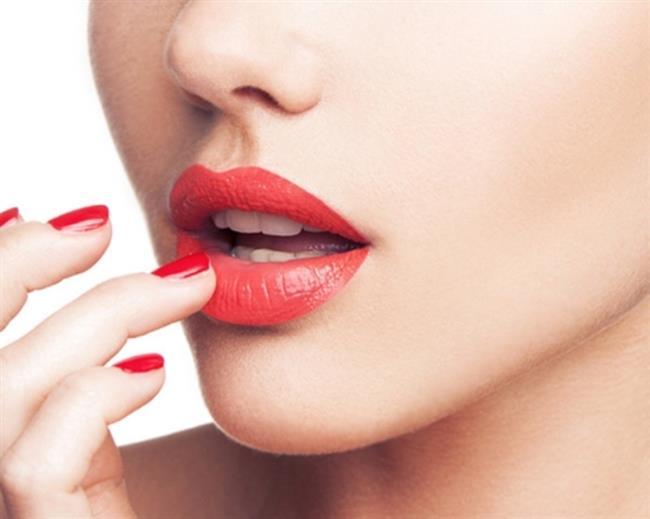 """Ruju dudaklara yeterince yedirmemek   Ruju dudaklara bir kere de sürmek yeterli olmuyor. Dudaklarınızın ruju emmesini sağlamak için dudaklarınızı birbirine hafif sürterek bunu sağlamış olursunuz.  <a href=  http://mahmure.hurriyet.com.tr/foto/guzellik/sik-yapilan-makyaj-hatalarini-duzeltmenin-17-yolu_41107 style=""""color:red; font:bold 11pt arial; text-decoration:none;""""  target=""""_blank""""> Sık Yapılan Makyaj Hatalarını Düzeltmenin 17 Yolu İçin Tıklayınız!"""