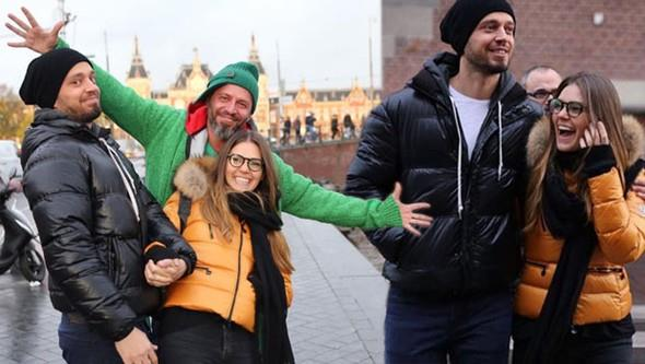 Murat Boz, Amsterdam konseri için sevgilisi Aslı enver ve abisi Ali Boz ile Hollanda'ya gitti.  Bu konser ile Avrupa turnesine başlayacak olan Boz, sevgilisi ile birlikte şehir turu yaptı.