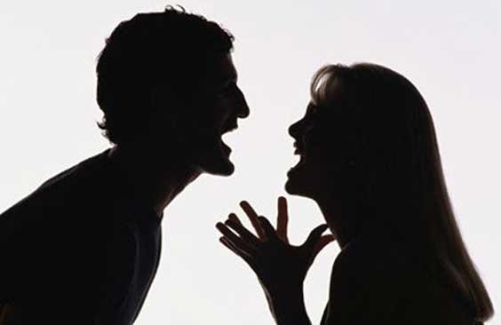 10- Hoşlanmadığınız ve sevmediğiniz ne varsa yapmaktan hiç çekinmiyorsa ve tabiri caizse size 'gıcık gitmek' için elinden geleni yaptığını hissediyorsanız, sizi incitmekten adeta zevk aldığını düşünmeye başladıysanız, bu belirtiler ışığında eşiniz için evliliğin bittiğini ve size olan sevgisinin tükendiğini söyleyebiliriz.