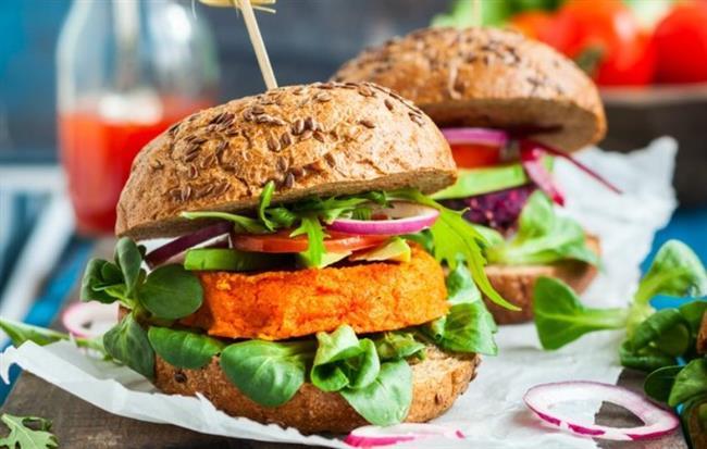 Terazi Burcu ve En Sevdiği Yemekler:  Burger, vegan, deniz ürünleri  Terazi denge demektir ama mutfakta değil! Vegan beslenmeyi destekleseler de çaktırmadan burger ve deniz ürünlerine göz kırparlar.
