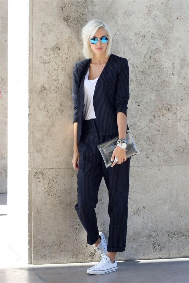 Sadeliği hafife almayın   Desenler, çizgiler, deri, dantel… Hepsine birden kimin ihtiyacı olabilir ki? Zahmetsizce ve zamansız şıklık söz konusu olduğunda akla gelen isimlere bir bakın; Audrey Hepburn ya da Coco Chanel. Gösterişli bir kolye ile düz beyaz bir tişört, tek renk sade bir elbise, gösterişli, kabarık bir etek üzerine pamuklu tişört… Hepsi basit ama güzel örnekler.