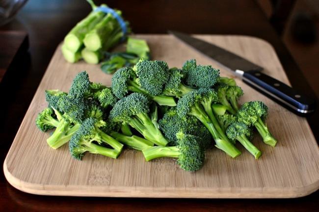 """Haftada en az 2 kere brokoli  Brokoli; A, C, D, E, K vitaminleri, demir, kalsiyum, potasyum gibi mineralleri yüksek oranlarda içermektedir. Çiğ ve haşlanarak tüketilebilen brokoli, soğuk algınlığı gibi hastalıklardan korunmada etkilidir. İçeriğinde bulunan """"sulforaphne"""" bağışıklık sistemini güçlendirmeye yardım edicidir."""