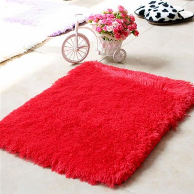 Kırmızı tüylü bir kilim ya da battaniye misafirleriniz için odayı ısıtacak.