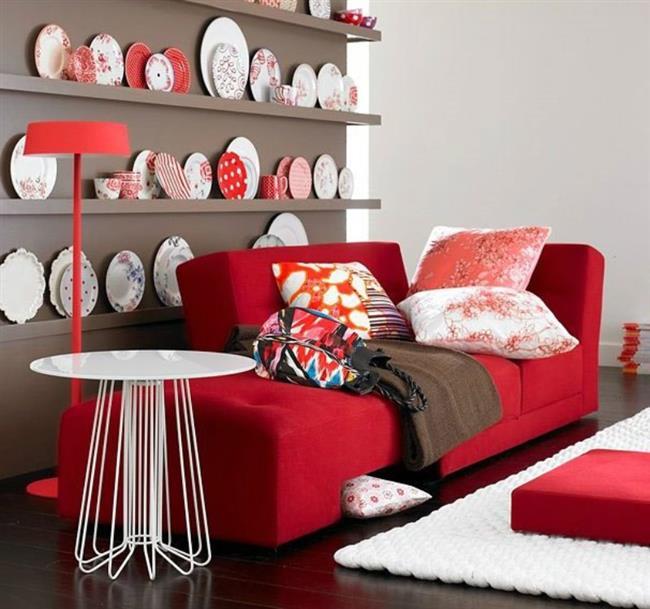 Sandalyelerin çerçevesi ya da minderleri kırmızıyla renklendiğinde ortama zarif bir hava katar