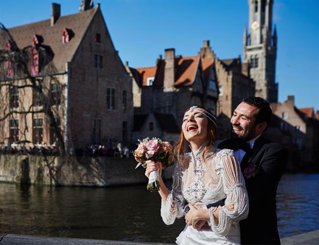 Burcu Kara ve yönetmen Fırat Parlak Belçika'nın başkenti Brüksel'de şato düğünü ile evlendi.