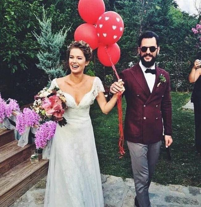 Burcu Biricik ve Emre Yetkin de evlenmek için bu seneyi seçen çiftlerden.