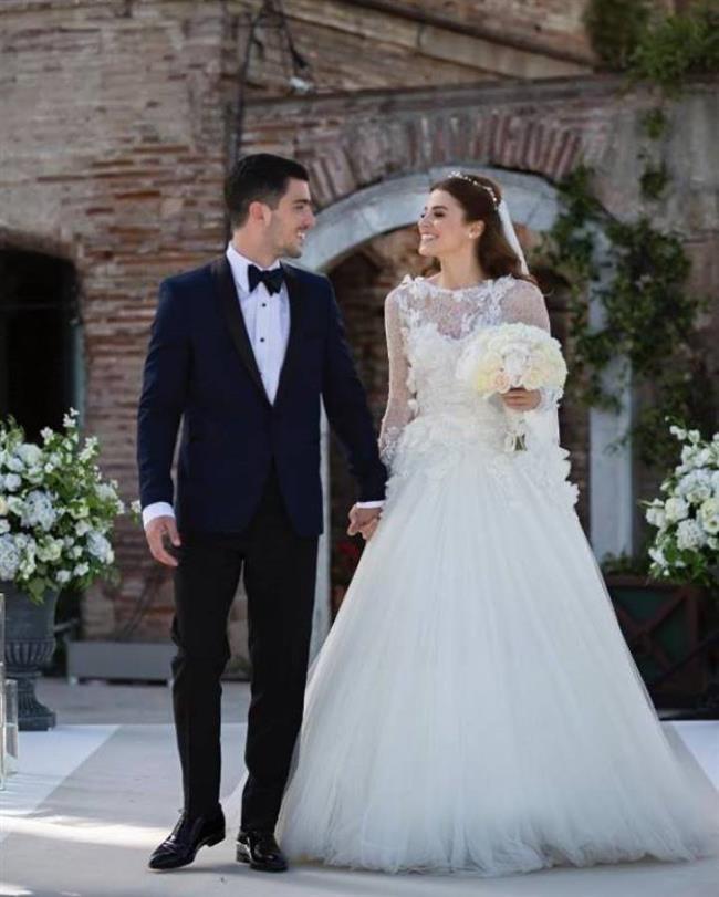 """Oyuncu Ezgi Eyüboğlu, kendisi gibi oyuncu olan Kaan Yıldırım ile 14 Mayıs'ta Esma Sultan Yalısı'nda nikah masasına oturmuştu.  <a href=http://mahmure.hurriyet.com.tr/foto/magazin/2016-yili-dizilerinin-en-begenilen-ciftleri_41283 style=""""color:red; font:bold 11pt arial; text-decoration:none;""""  target=""""_blank""""> 2016 Yılı Dizilerinin En Beğenilen Çiftlerini Görmek İçin Tıklayın!"""