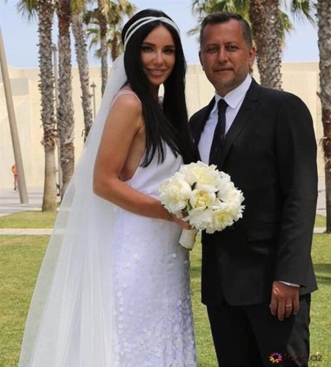 Aranjör Ozan Çolakoğlu ile Gülşen Türkiye'nin Barselona Başkonsolosluğu'nda evlendi.