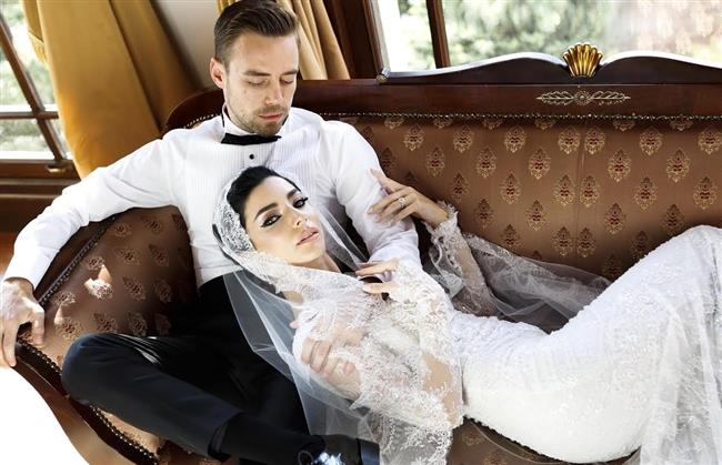 Merve Boluğur ve Murat Dalkılıç  Adile Sultan Yalısı'nda görkemli bir düğünle dünya evine girdi.