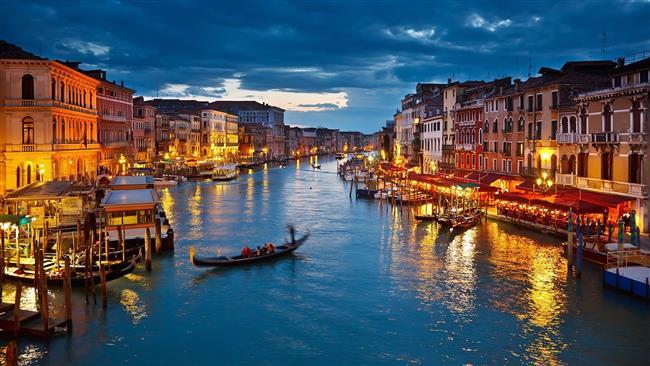 """İtalya  Balayına gidilecek yerler arasında şehir, kültür, sanat, müze, tarihi eser, en nihayetinde de makarna, pizza ve şarap seven çiftlerin tercihlerinden biri olan İtalya turları içinde Roma, Venedik ve Floransa'yı kapsayan klasik İtalya balayı turları popüler. Sonbahar ve kış aylarında balayına gidecekler için ise hem ekonomik açıdan hem de mesafe açısından oldukça uygun bir seçenek.  <a href=http://mahmure.hurriyet.com.tr/foto/yasam/istanbulda-sevgili-ile-gidilecek-12-romantik-yer_41127 style=""""color:red; font:bold 11pt arial; text-decoration:none;""""  target=""""_blank""""> İstanbul'da Sevgili İle Gidilecek 12 Romantik Yer"""