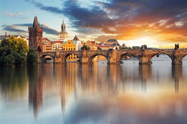 Prag  Orta Avrupa' nın kasvetli, eski ve muhtesem sehirlerinden olan Prag az nüfuslu, sakin bir şehir olmasıyla da dikkat çekiyor. Yağmurlu bir günde şehrin arnavut kaldırımlı, dar sokaklarında eşinizle kaybolmak isteyeceğiniz bir atmosfer hakim.
