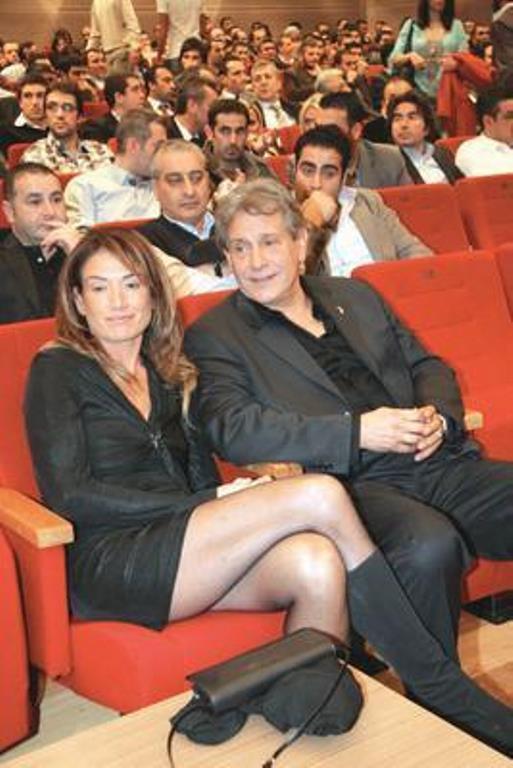 Dedikodulara aldırış etmeyen çift 12 Nisan 2008 tarihinde nikah masasına oturdu.