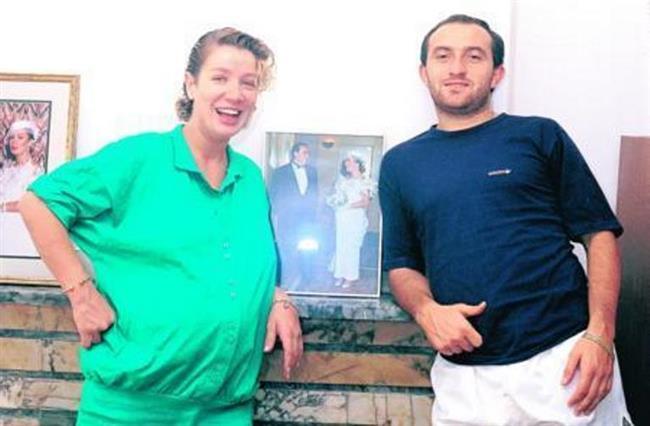 Sayan, dönemin tanınmış futbolcularından Sinan Engin'le 1990'da Ankara'da evlendiğinde, oğlu Oğulcan'a hamileydi.