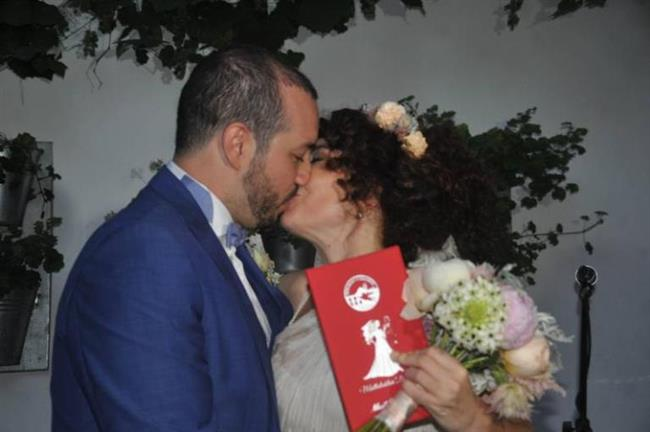 Akasya Aslı Türkmen  Akasya Asıltürkmen de hamile iken evlenen ünlülerden.