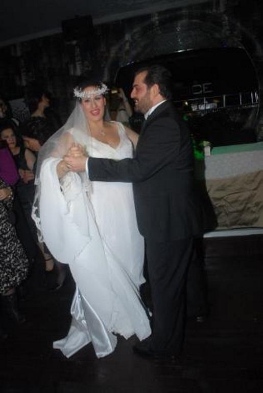 Sanat camiasından bir çok ünlü ismin katıldığı düğünde davetlileri bir de sürpriz bekliyordu.