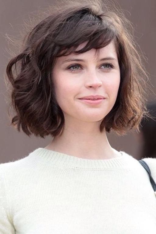 """Saçlarınızı kestirmeye karar verdiyseniz ve hala nasıl kestireceğinizi bilmiyorsanız Emilia Clarke ve Emma Watson gibi dünyaca ünlü yıldızların bile seçimi olan bob saç modelini deneyebilirsiniz.  <a href= http://mahmure.hurriyet.com.tr/foto/guzellik/70lerin-kahkullu-sac-modelleri_39478 style=""""color:red; font:bold 11pt arial; text-decoration:none;""""  target=""""_blank"""">70'lerin Kahküllü Saç Modelleri İçin Tıklayınız!"""