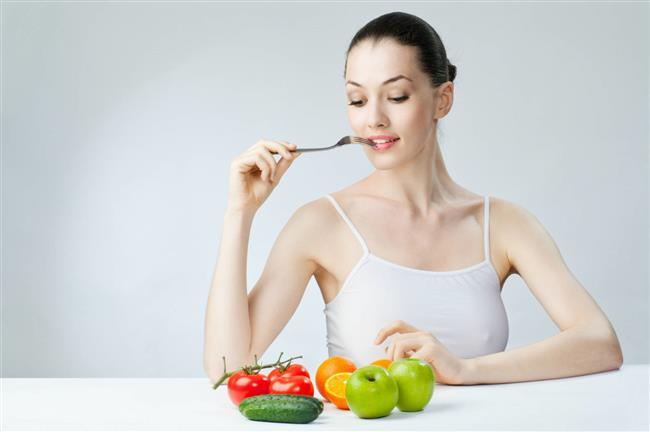 2. Bilinsizce yapılan diyetler   Fit ve ideal kiloda bir vücuda sahip olmak hemen herkesin hayali. Bunun için de çoğumuz eş dost tavsiyesiyle gelişigüzel diyet yaparak kilo vermeye çalışıyoruz. Ancak uzmanlar özellikle kilo vermek için uygulanan diyetlerin bilinçsizce yapıldığı, örneğin alınan az miktardaki gıdalara yeterince yağ, lif ve su takviyesi yapılmadığı takdirde, sert dışkıya bağlı olarak kabızlık gelişebileceği uyarısında bulunuyor.