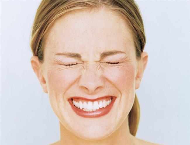 Uykuda diş gıcırdatma nedir? Neden dişlerimizi sıkarız? Bu sorun nasıl tedavi edilir?   Diş gıcırdatma, daha çok psikolojik nedenlerden (sinir, stres) dolayı ortaya çıkan; hiç de hafife alınmaması gereken bir hastalık… Diş Hekimi Çağdaş Kışlaoğlu, özellikle uyku esnasında artan diş gıcırdatmasının, günlük hayatı ve yaşam kalitesini olumsuz etkilememesi için tedavi olunması gerektiğini belirtiyor.