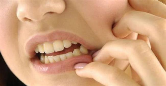 En büyük sebebi: stres   Diş gıcırdatma, dişler arasındaki kapanış ilişkisinin bozulmasından kaynaklanabilir. Fakat bu durum çok sık karşılaşılan bir durum değildir. Genel olarak bu rahatsızlığa sebep olarak günlük hayatta yaşanılan maddi ve manevi sorunların kişi üzerinde yarattığı psikolojik baskı neden olur. Çünkü birçok birey istediği ya da arzuladığı yaşam şartlarına ulaşamadığı için bu olayı kendi içerisinde farklı boyutlara taşır. Böylelikle uyku esnasında da diş gıcırdatma olarak ortaya çıkar.