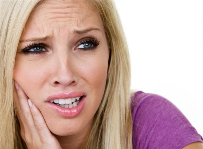 •Aynı zamanda ağız yaraları, baş ağrısı, çene ağrısı şakak ve yanak bölgelerinde de kas ağrılarına neden olur. •Bu belirtiler diş gıcırdatmasının başlangıcından itibaren görülmeyebilir daha ileriki zamanlarda kişinin karşılaşabileceği problemlerdir.