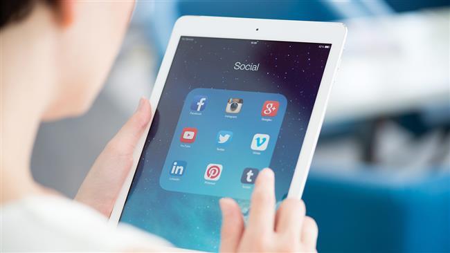 Kişisel bilgilerimizin güvenliği son günlerde en çok konuştuğumuz konuların başında geliyor. Sosyal medyada paylaştığımız kişisel ve özel hayatımıza ait bilgiler yüzünden başımıza hiç olmadık sorunlar açabilir, maddi ve manevi zarara uğrayabiliriz.   Yıllarca çalışıp, çabalayarak elde ettiğimiz itibarımızdan da olmak cabası! Peki güvenliğiniz için sosyal medyada hangi bilgileri kesinlikle paylaşmamanız gerekiyor? İletişim uzmanı Nurhan Demirel bu konuda önemli uyarılarda bulunuyor:
