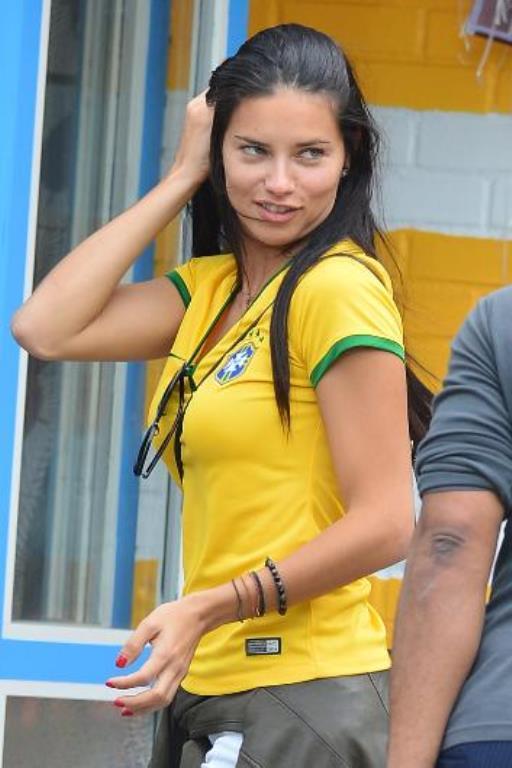 Adriana Lima makyajsız olmayı çok da umursamıyor.