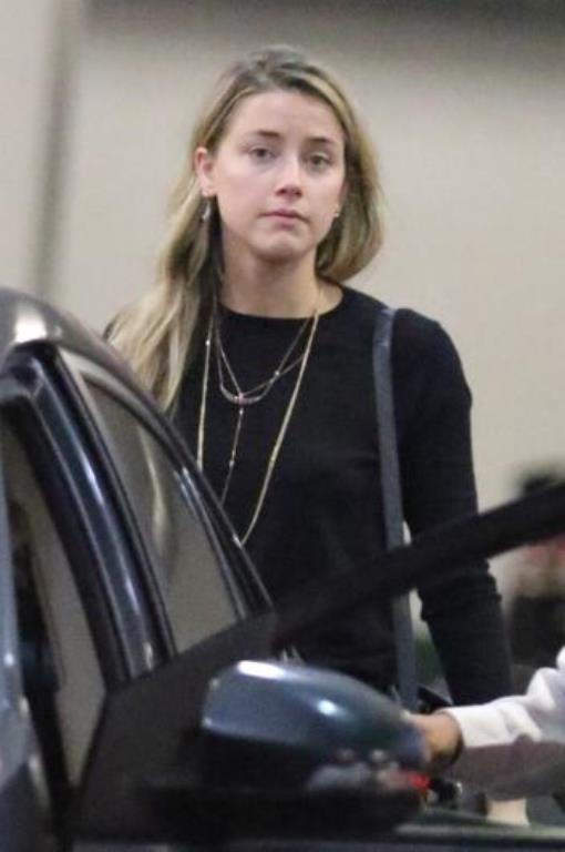 Amber Heard biraz soygun görünüyor.