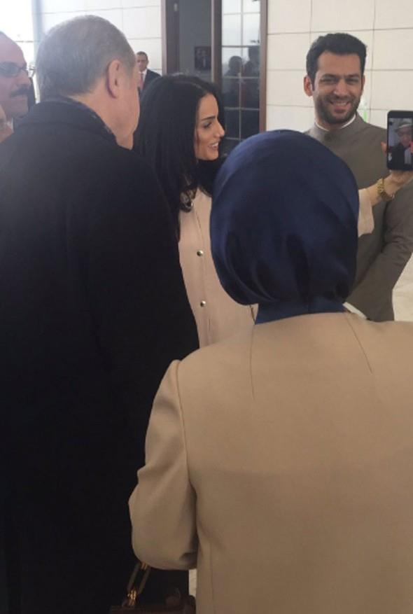 Kısa bir sohbetten sonra Cumhurbaşkanı Erdoğan, sonra facetime ile Elbani'nin ailesiyle görüştü ve Elbani'yi istedi. Peki Faslı güzel Imane Elbani kimdir?