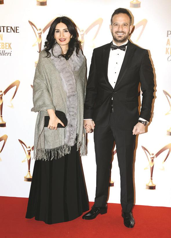 Başak Sayan-Murat Vardal çifti de törendeydi. Sayan, Raşit Bağzıbağlı elbisesini soğuk hava nedeniyle bir pançoyla tamamladı.