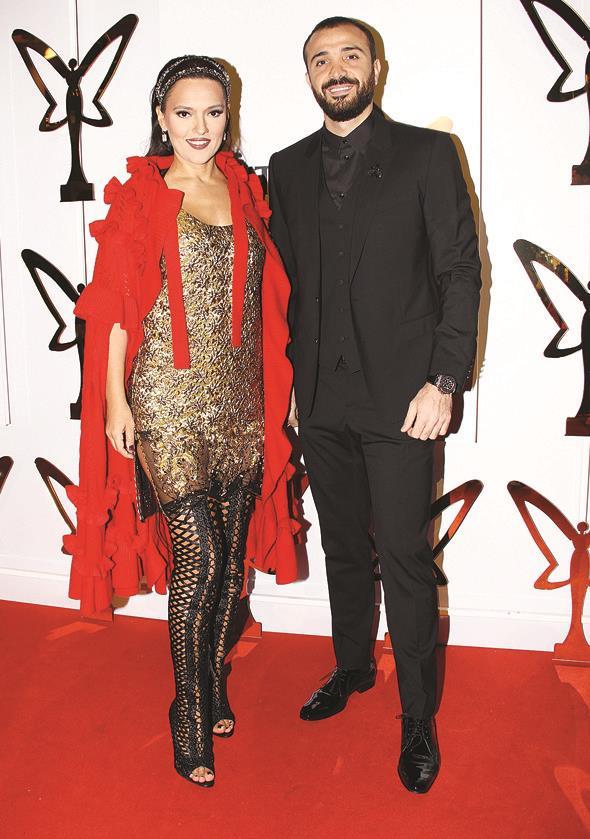 """Demet Akalın """"Müzikte 20. yıl özel ödülü"""" almak üzere sahneye de çıktığı gece için kıyafetini Prada'dan seçti. Eşi Okan Kurt'un tercihi ise Dolce&Gabbana oldu."""