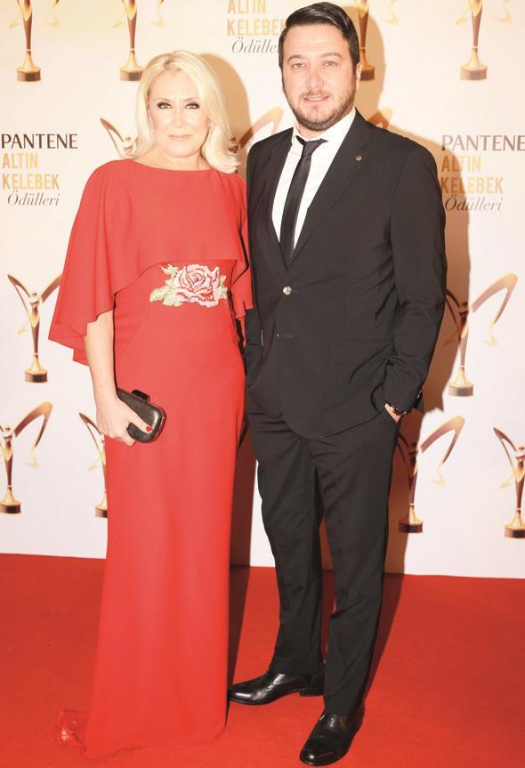 """En iyi komedi dizisi seçilen """"Kiralık Aşk""""ın oyuncuları Nergis Kumbasar ve Onur Büyüktopçu, kırmızı halıda birlikte poz verdi."""