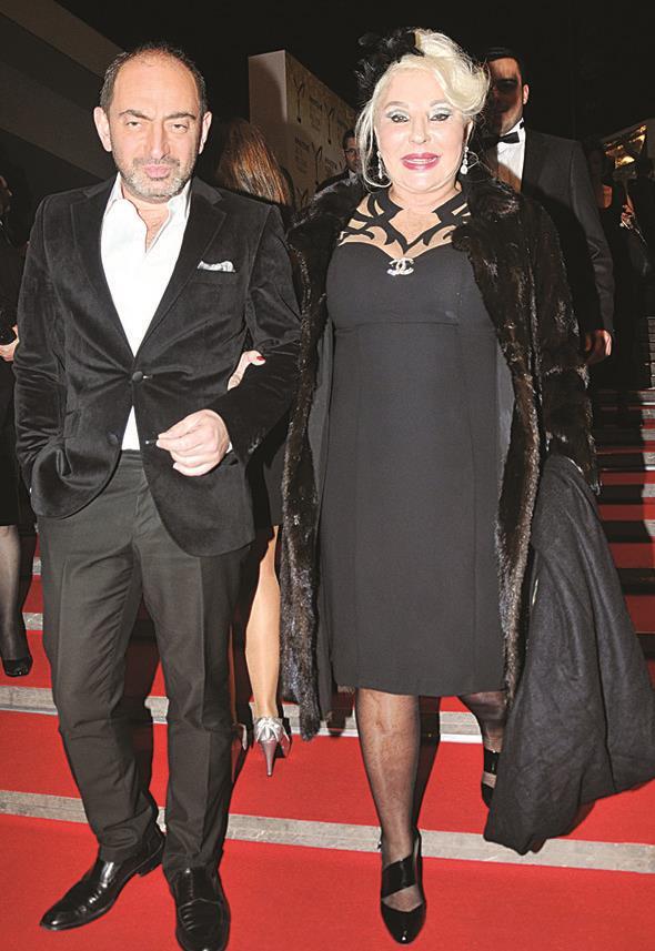 Sema Çelebi, kırmızı halıda objektiflere modacı Mehmet Köymen ile poz verdi.