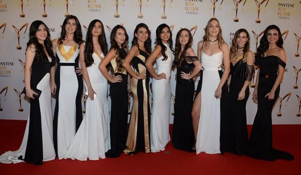 """Pantene Altın Kelebek özel jürisi tarafından """"gecenin yıldızı ol"""" kategorisine başvuran okuyucular arasından seçilen 10 genç kız, tören öncesi hep birlikte hatıra fotoğrafı çektirdi."""